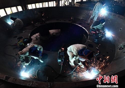 图为厦工(三明)重型机器有限公司电焊工人正在焊接盾构机盾体(资料图)。中新社记者 张斌 摄