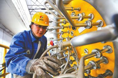 """昨日,在济南热电南郊热电分公司,全市最大的""""气代煤""""集中供热项目正式点火投运。(本报记者 范良 通讯员 朱娜 摄)"""