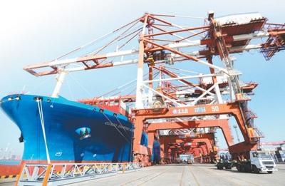 1月12日,海关总署公布了2017年我国外贸进出口情况。2017年,世界经济温和复苏,国内经济稳中向好,推动全年我国外贸进出口持续增长。新华社发