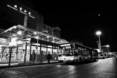 今起迎節后返京客流高峰公交集團將增開夜間線路