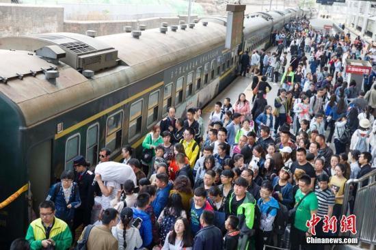 五一假期首日中國鐵路迎來客流高峰