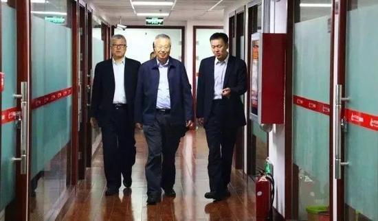 从左至右依次为为中华联合人寿总经理孙玉淳、董事长丁建平等