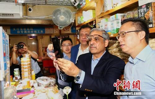 """巴基斯坦央行行长北京菜场""""取经""""体验中国移动支付"""