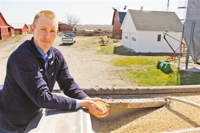 美国伊利诺伊州大豆协会大区主任、豆农奥斯丁·瑞克展示其农场生产的大豆。本报记者 郑 琪摄