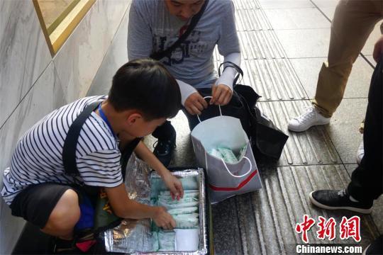9岁男孩街头卖冰棍父母:不想圈养孩子支持外出实践