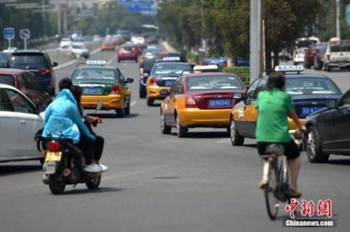 资料图:在路上行驶的出租车。 中新网记者 金硕 摄