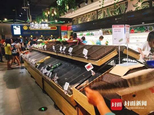 """强台风""""山竹""""将至 广州超市蔬菜、面包被抢购一空"""