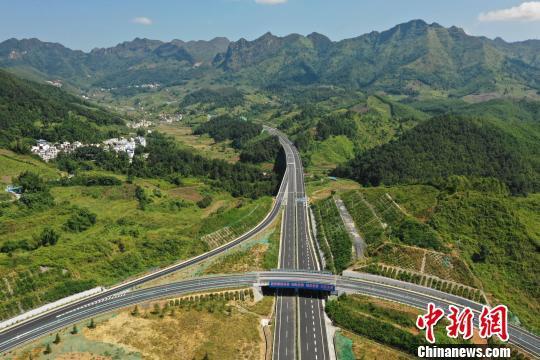贵州省余庆至安龙高速公路罗甸至望谟段。 贺俊怡 摄