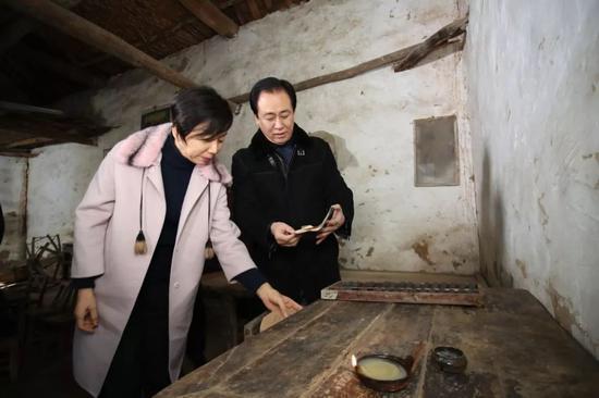 許家印與丁玉梅在老房子裏。