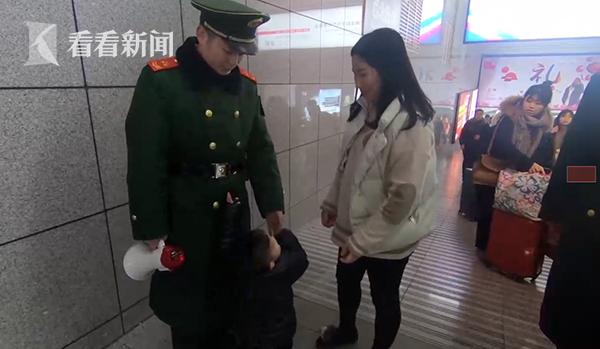 """2岁半萌娃""""求抱抱""""遭拒 武警爸爸哽咽道出原委"""