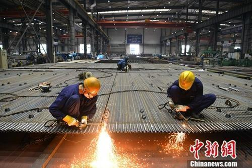资料图:工厂里忙碌的工人。中新社记者 张浪 摄