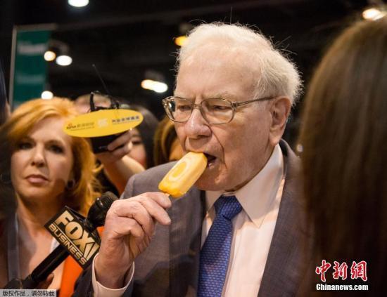 图为巴菲特在股东大会上吃冰激凌。