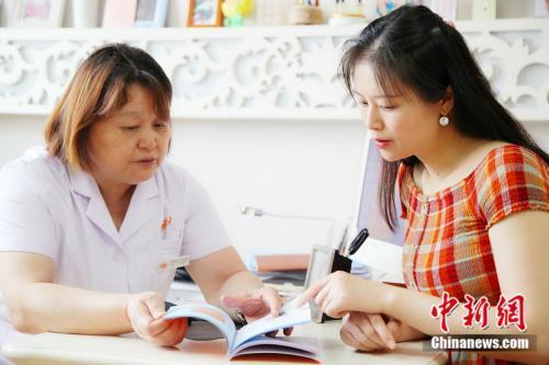邱庄在玛丽妇婴医院向罗晓航院长咨询相关事宜 杨雨奇 摄