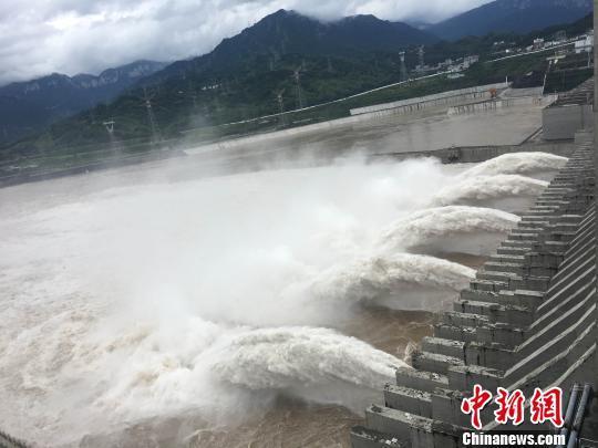 三峡大坝泄洪(资料图) 郭晓莹 摄