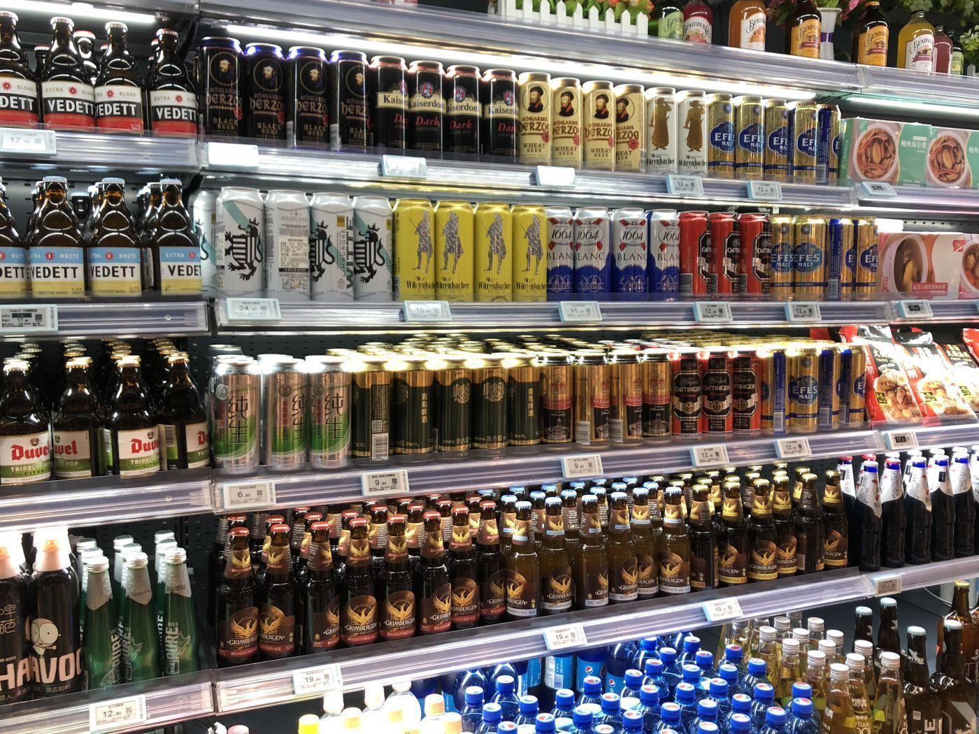 高端超市的货架上摆满了进口啤酒 冯若男/摄