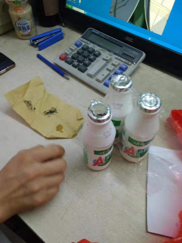 男子称AD钙奶中喝出异物获赔4千多 娃哈哈回应
