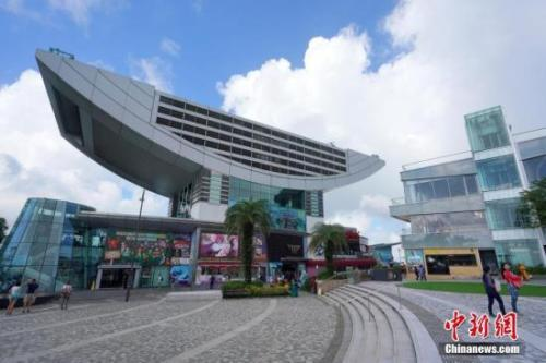 资料图:香港著名旅游景点太平山顶游客稀少,山顶广场上显得空空荡荡。中新社记者 张炜 摄