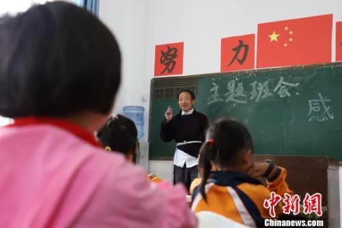 资料图:贵州省毕节市黔西县乡村小学学生在上课。 瞿宏伦 摄