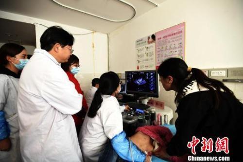 资料图:医疗专家在阿坝州医院进行少儿先心病筛查。 安源 摄