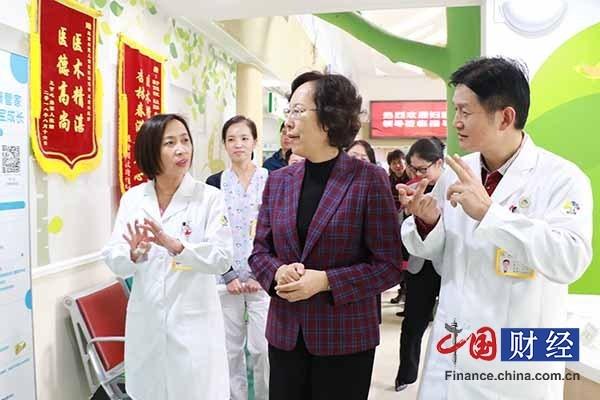 """儿科专家组成巾帼志愿者团队""""驻点""""家庭"""