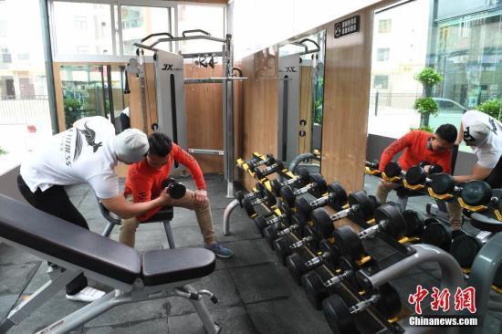 """兰州市一居民区的一座""""共享健身舱。中新社记者 杨艳敏 摄"""