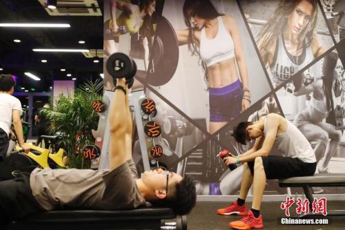 资料图:上海掀起夜间健身潮,民众在健身房锻炼身体。 中新社记者 殷立勤 摄