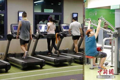 8月23日晚,上海民众在健身房锻炼身体。 中新社记者 殷立勤 摄