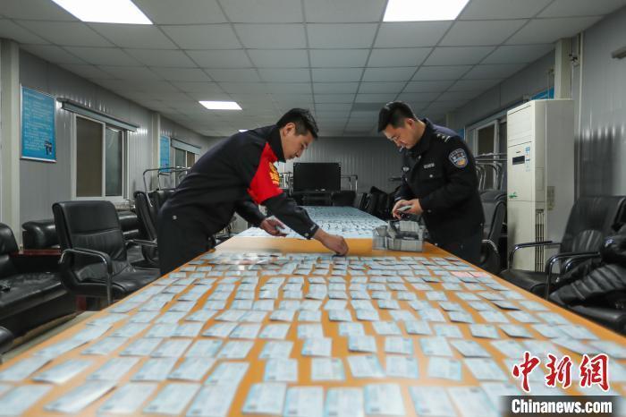 北京铁路警方16日发布消息称,一制贩假火车票、假航空运输电子客票行程单的制假窝点15日被警方捣毁,查获假票2万余张。 庞贺雷 王海蛟 摄