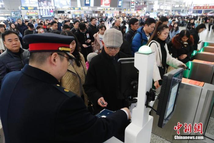 资料图:12月12日,旅客在铁路上海虹桥站排队购买车票。 殷立勤 摄