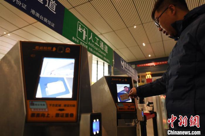 资料图:旅客在兰州西站电子客票通道直接使用身份证进站乘车。 杨艳敏 摄