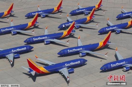 """当地时间3月27日,美国西南航空公司的波音737 MAX系列飞机停放在号称""""飞机坟场""""的维克多维尔机场。西南航空公司发布声明称,将下调全年财务前景,也由此成为美国第一家正式下调全年财务前景的航空公司,预计该季度的收入将比之前的预期减少1.5亿美元。受此前波音737 MAX 8飞机事故影响,该公司已被迫停飞旗下具有34架波音737 MAX飞机的新机队。"""