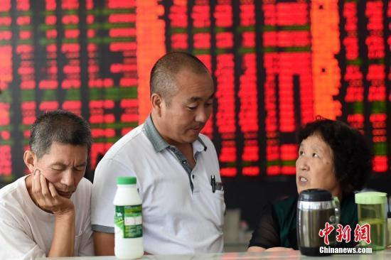 山西太原一证券营业部的股民们在讨论。 中新社发 武俊杰 摄