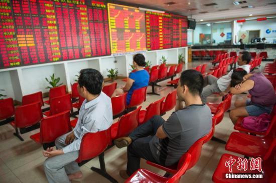 某证券交易大厅的股民关注大盘走势。 中新社发 骆云飞 摄