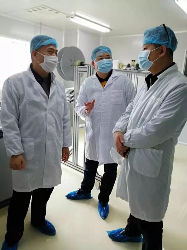 △康芝药业董事长洪江游(左一)向来访领导介绍企业生产情况