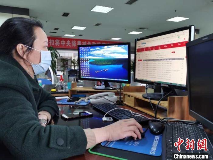 """重庆人力社保局首批""""稳岗返还""""资金兑现 27家企业受益"""