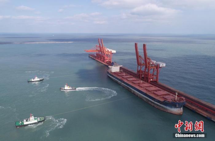 """2月5日,烟台港西港区,载运26万吨原油的超大型油轮""""世界湖""""轮、4万吨电煤的""""瑞宁2""""轮等10余艘船舶紧张作业。中新社发 郝光亮 摄"""