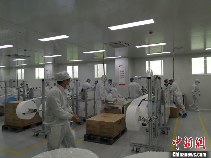 2月20日,广汽集团自制口罩正式开始量产,日产能可达百万只。 王华 摄