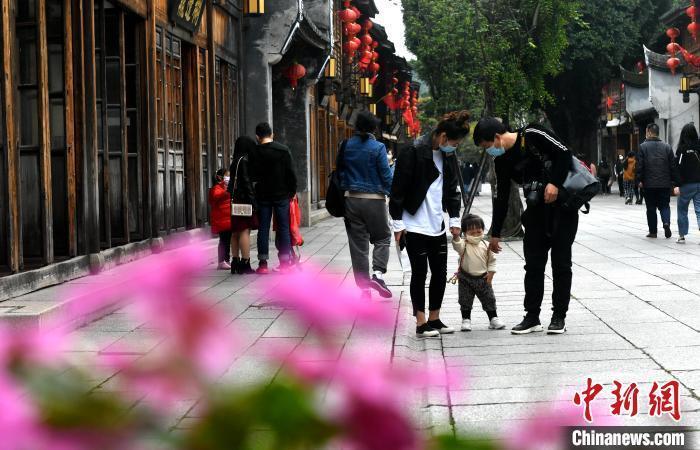 资料图:游客在福州三坊七巷游玩。 吕明 摄