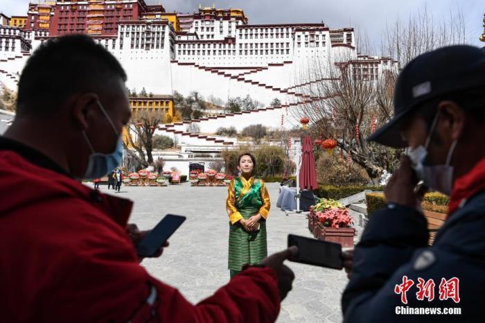 3月1日,世界文化遗产布达拉宫首次开启直播。图为布达拉宫管理处工作人员正在做直播前的准备。 中新社记者 何蓬磊 摄