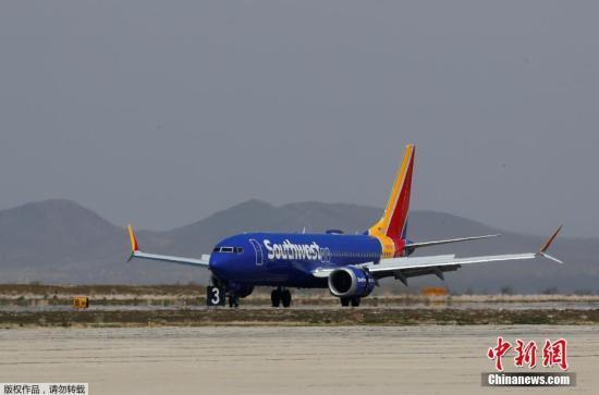 """资料图:美国西南航空公司的波音737 Max系列飞机停放在号称""""飞机坟场""""的维克多维尔机场。"""
