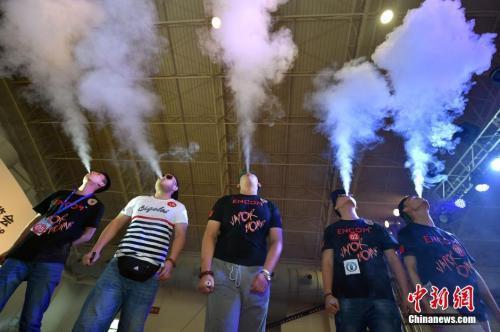 资料图:首届北京电子烟展上,人们在体验电子烟。中新网记者 金硕 摄