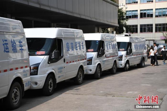 资料图:运输疫苗的车队从云南省疾控中心出发。 中新社记者 刘冉阳 摄