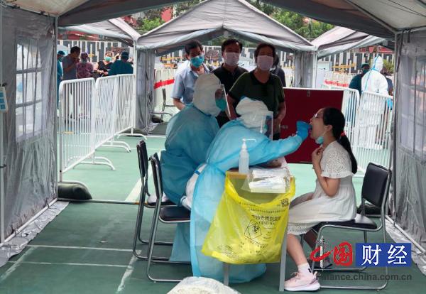 医护人员正在为劲松社区居民进行核酸检测