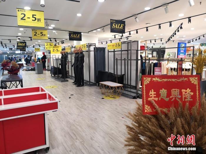 """郑州黄金商圈位置""""超级商场""""闭店停业。 中新社记者 王中举 摄"""