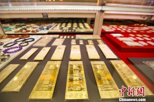 資料圖:山西太原,金店陳列的金條。 張雲 攝