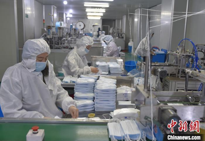 图为江西进贤县一家口罩生产企业正在生产口罩。(资料图) 万朝晖 摄