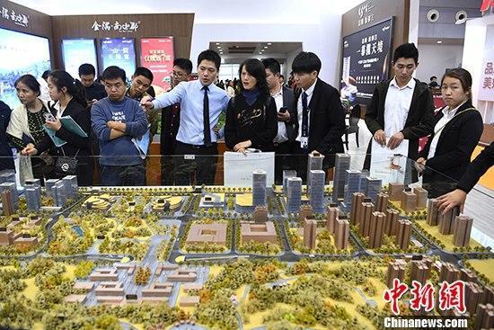 资料图:重庆市民现场了解房产信息。 中新社记者 陈超 摄