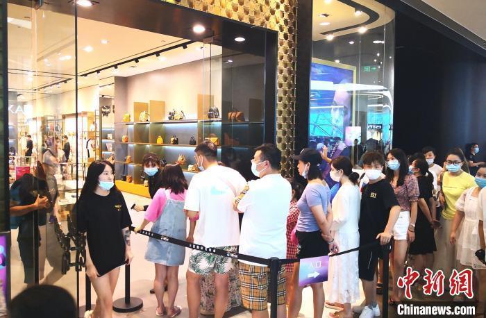 图为游客在三亚国际免税城内排队进店购物。 尹海明 摄