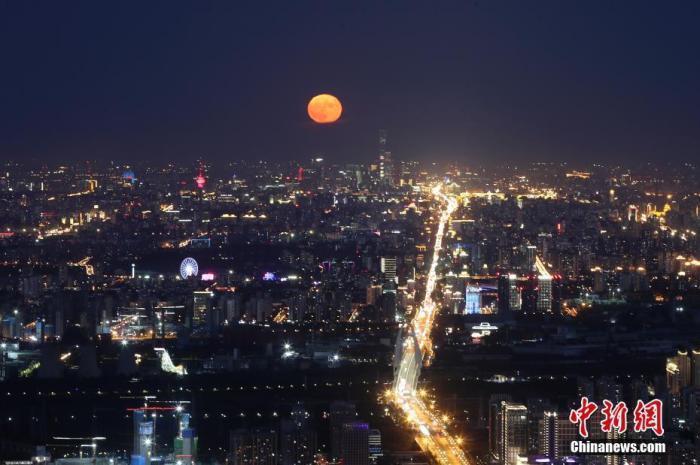 资料图:2020年10月2日,北京天气晴好,一轮明月在夜晚逐渐升起。中新社记者 盛佳鹏 摄