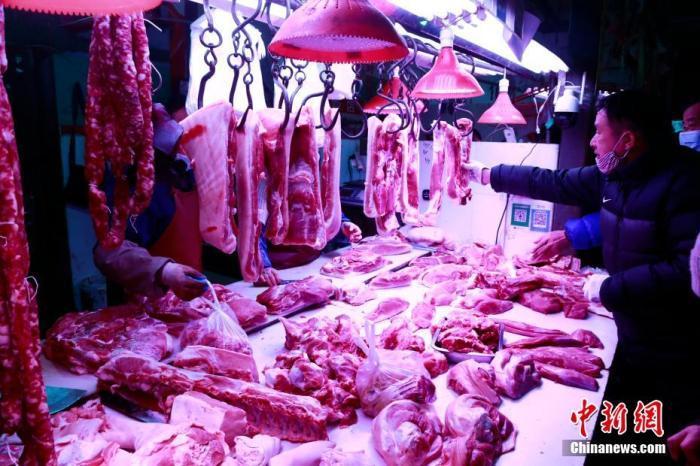 资料图:顾客在选购猪肉。 汤彦俊 摄